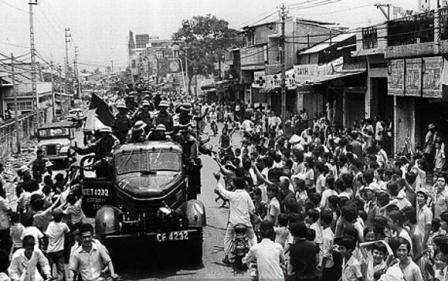 Ngày 30-4-1975, người dân Sài Gòn nô nức xuống phố đón chào Đoàn quân Giải phóng.