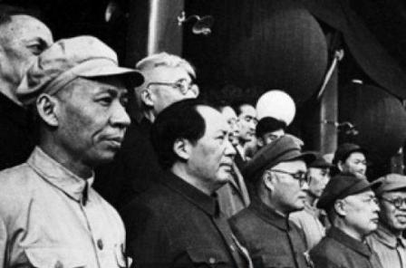 Chủ tịch Mao Trạch Đông (thứ hai từ trái sang) cũng các lãnh đạo của Đảng Cộng sản Trung Quốc
