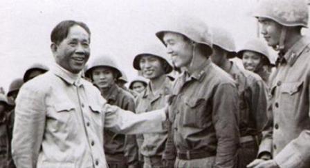 TBT Lê Duẩn gặp PTS. Lâm Ngọc Thiềm và các sinh viên ĐH Tổng hợp Hà Nội - những người rời giảng đường đến chiến hào vào tháng