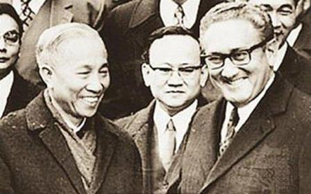 Cố vấn đặc biệt Lê Đức Thọ, đại diện đoàn Việt Nam Dân chủ Cộng hòa và Cố vấn đặc biệt của Tổng thống Hoa Kỳ, Tiến sĩ Henry Kissinger chúc mừng nhau sau lễ ký tắt. (Người đứng giữa, phía sau là Thư ký đoàn VNDHCH Lưu Văn Lợi)